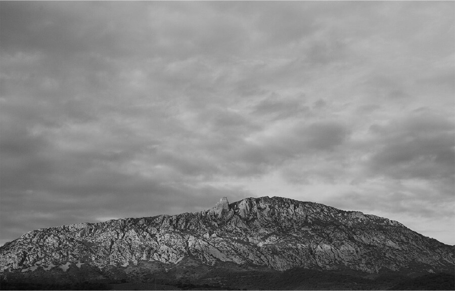 Black and white photo of a mountain in Maury, France